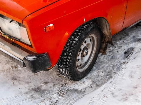 Winterreifen kaufen München Auto Till Schnee roter Golf
